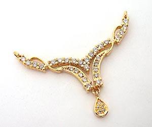 An Elegantly Designed Diamond & Gold Necklace Pendants Necklaces